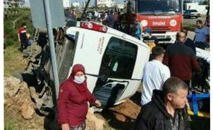 Antalya'da servis minibüsü ile otomobil çarpıştı: 1 ölü, 8 yaralı