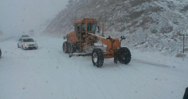 Antalya-Konya karayolunda kar kalınlığı 50 santime ulaştı