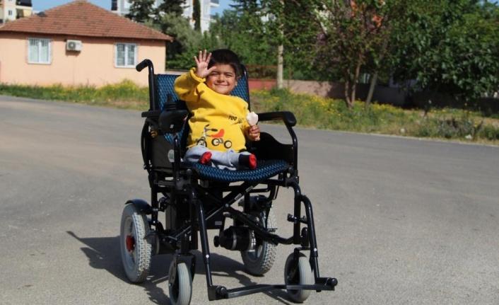Bedeni 4 yaşında olan Harun, akülü arabasına kavuştu
