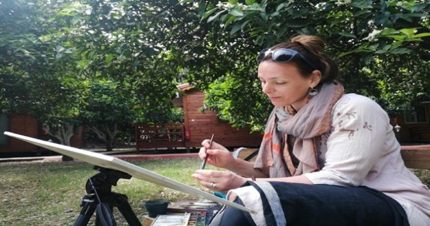 Rus turist tatil için geldiği Çıralı'da baharı resmediyor