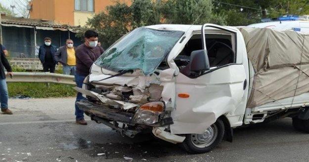 Tıra arkadan çarpan kamyonetin sürücüsü yaralandı