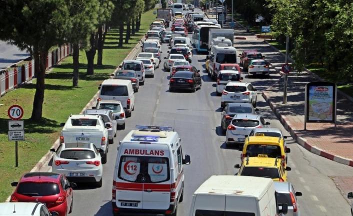 1 kilometrelik araç kuyruğundaki sürücüler ambulans için seferber oldu