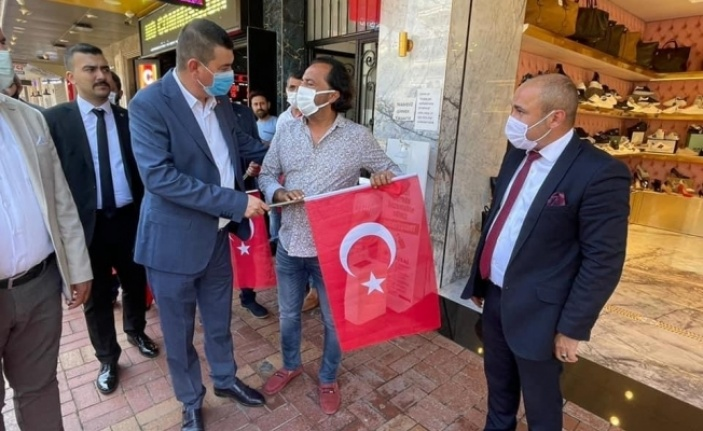 Alanya'da Ülkücüler esnafa bayrak dağıttı