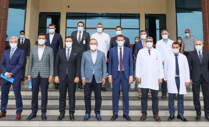 Bakan Çavuşoğlu'ndan hastane yönetimine ziyaret