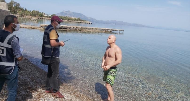 Denize girdi, 'İşsizim, ceza kesmeyin' dedi