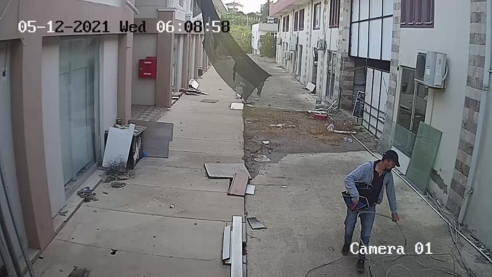 Kablolara dadanan hırsız pusuya yatan esnaf sayesinde yakalandı
