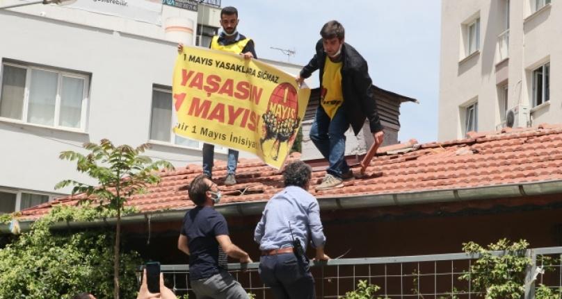 Kendisini çatıdan indirmek isteyen polise 'Belki Covid'sin; gelme' diye bağırdı