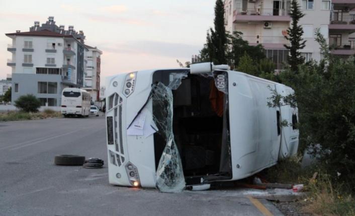 Midibüs ile otomobil çarpıştı: 2 yaralı var