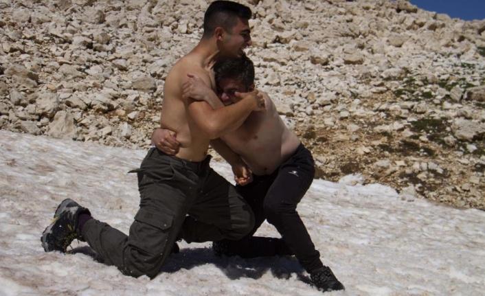 3070 metreye çıkıp kar güreşi yaptılar