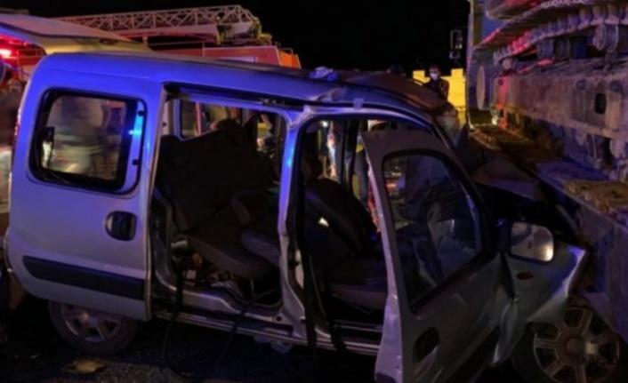 Alanya'da hafif ticari araç tıra çarptı: 2 yaralı var