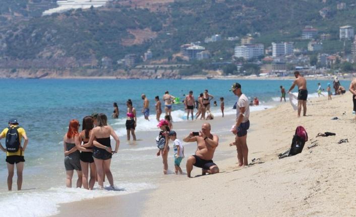 Alanya'da plajlar tıklım tıklım doldu