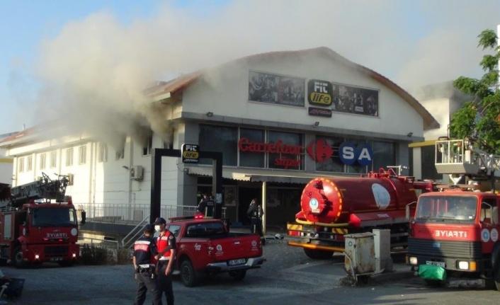 Antalya'da zincir markette çıkan yangın paniği