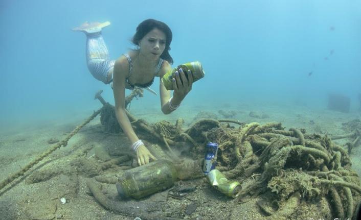 Antalya'da denizin altından çıkan çöpler, 'denizkızı'nı kızdırdı