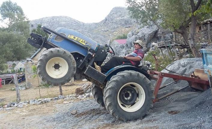 Devrilen traktörün sürücüsü hayatını kaybetti