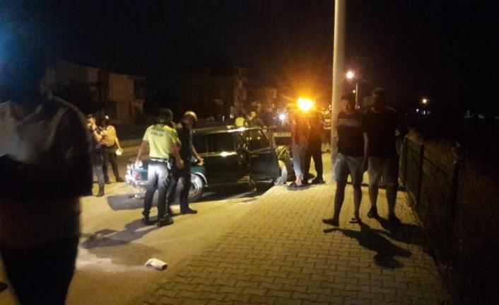 Kontrolden çıkan otomobil kaldırımdaki aydınlatma direğine çarptı