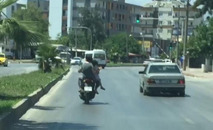 Motosiklet arkasında oturan kadından 'pes' dedirten davranış