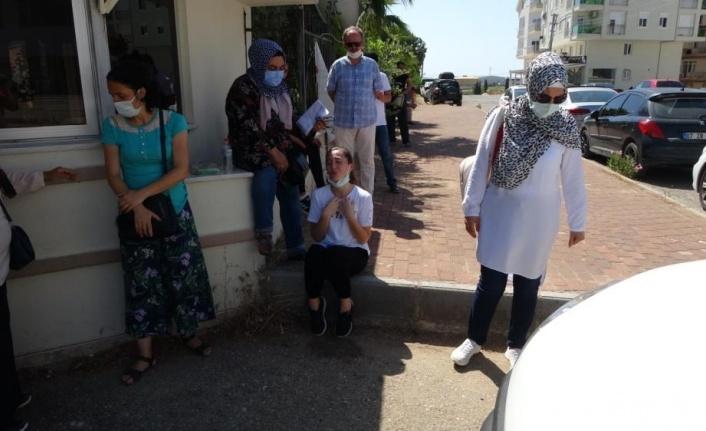 Polis ekiplerinin çabası sınava yetişmesine yetmedi, okul önünde diz çöküp ağladı
