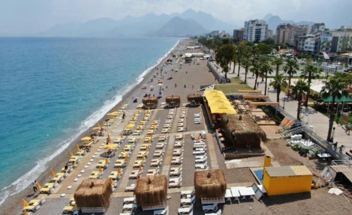 Şezlonglar 1.5 metre mesafeli olarak sahillerde yerini aldı
