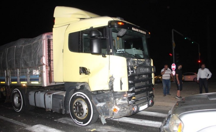 Tır kamyoneti sürükledi: 3 yaralı