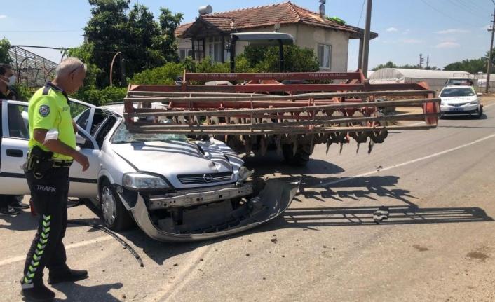 Traktöre takılı zirai alete çarpan otomobil sürücüsü hayatını kaybetti