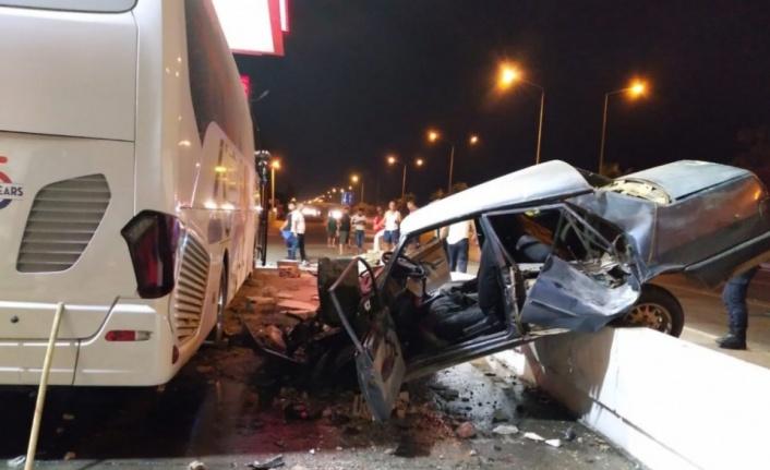 Alanya'da feci kaza! Otomobil tur otobüsüne çarptı