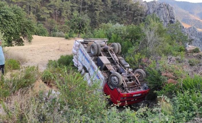 Alanya'da kamyon şarampole yuvarlandı
