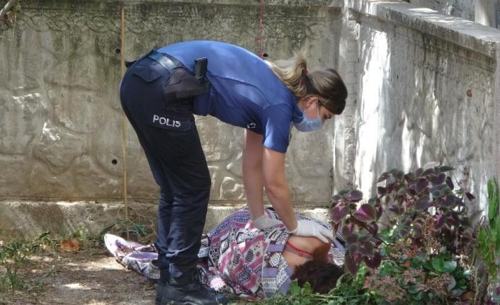 Bahçede kilime sarılı halde buldukları kadını uyandıramayınca polisi aradılar
