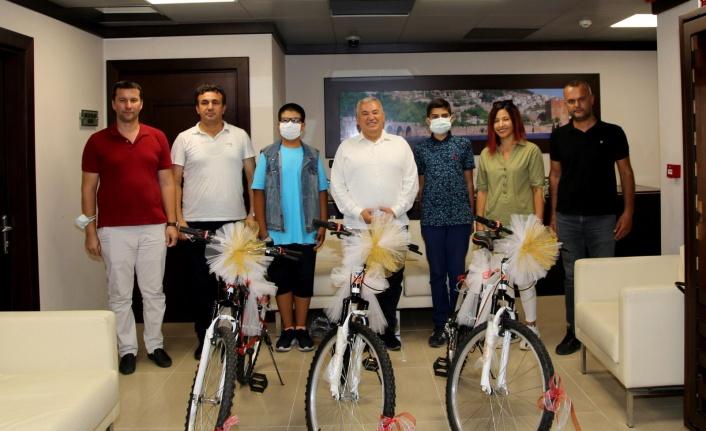 Başkan Şahin'den başarılı öğrencilere bisiklet