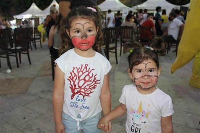 Başkan Yücel çocuklara Yaman ve Bal'ı hediye etti