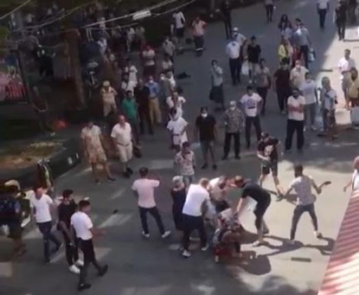 Öfkeli kadın eşini sokak ortasında darp eden genci tekme tokat dövdü