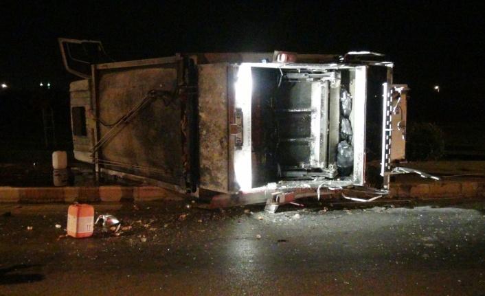 Otomobil ile çarpışan çöp kamyonu devrildi: 3 yaralı var