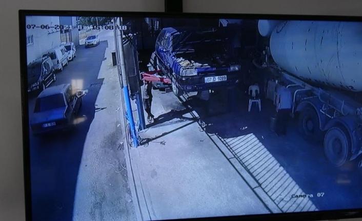 Otomobilin camından kurşun yağdırdı, işyerindekiler kaçacak yer aradı