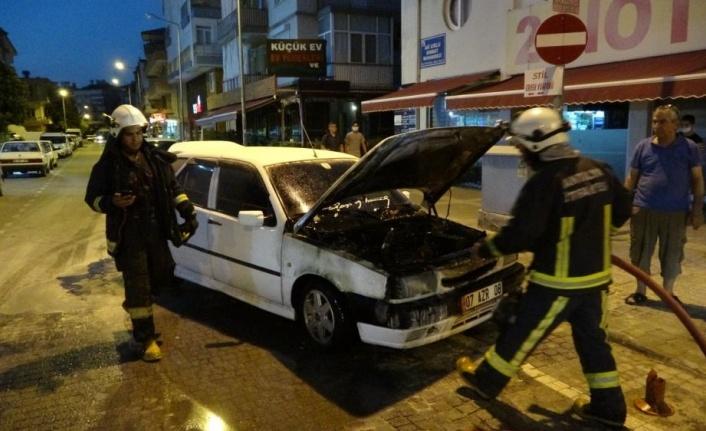 Seyir halindeyken dumanlar yükselen araç, alev alev yandı