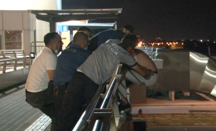 Üst geçitteki intihar girişimini polis önlendi