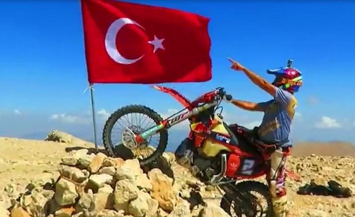 30 Ağustos'u 3 bin 24 rakımlı tepeye Türk bayrağı dikerek kutladı