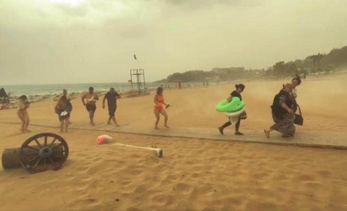 Alanya'da fırtına ve yağmur tatilcileri plajdan böyle kaçırdı
