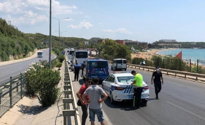 Alanya'da kazaya neden olan midibüs sürücüsünden anlamlı hareket