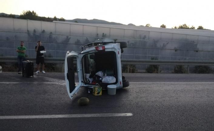 Alanya'da lastiği patlayan otomobil yan yattı