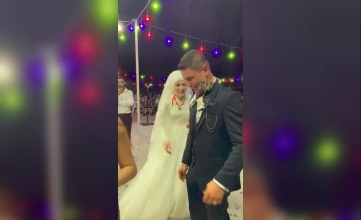 Düğünde altın yerine gelin ve damada sigara taktılar