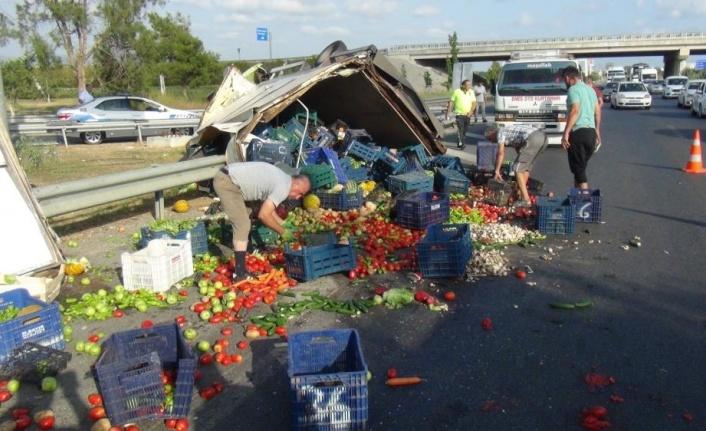 Meyve sebze yüklü kamyonet devrildi, karayolu manav tezgahına döndü