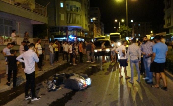 Minibüs, yerde yatan kazazedeye yardıma koşanların arasına daldı