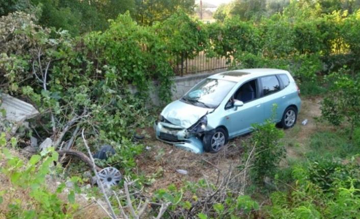 Otomobil bahçeye uçtu: 3 yaralı var