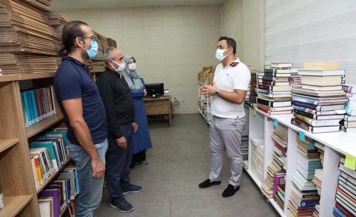 Prof.Dr.Tuncer Baykara'dan ALKÜ'ye kitap bağışı