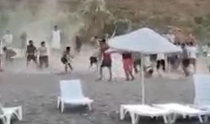 Ünlü sahilde tekmeli sopalı kavga