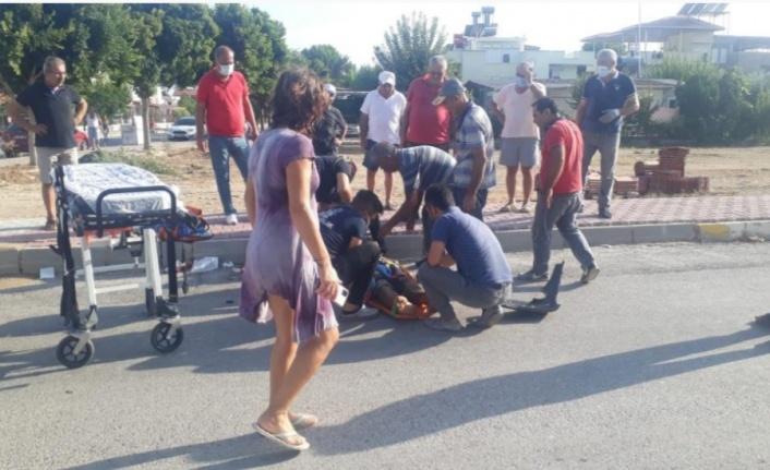 Vip tur minibüsü önce motosiklete sonra araca çarptı