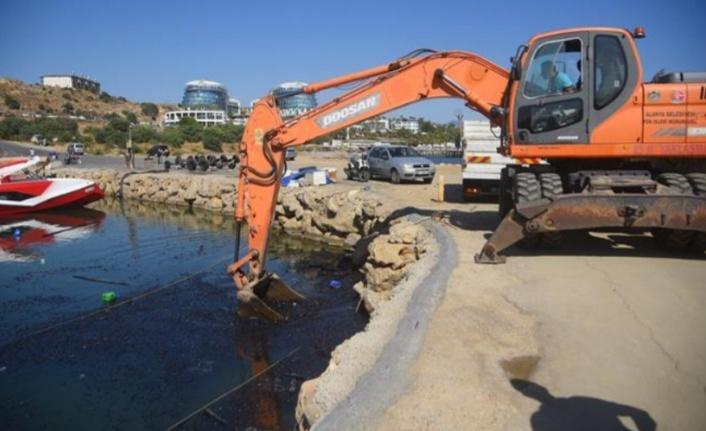 Yanan teknelerin atıkları temizleniyor