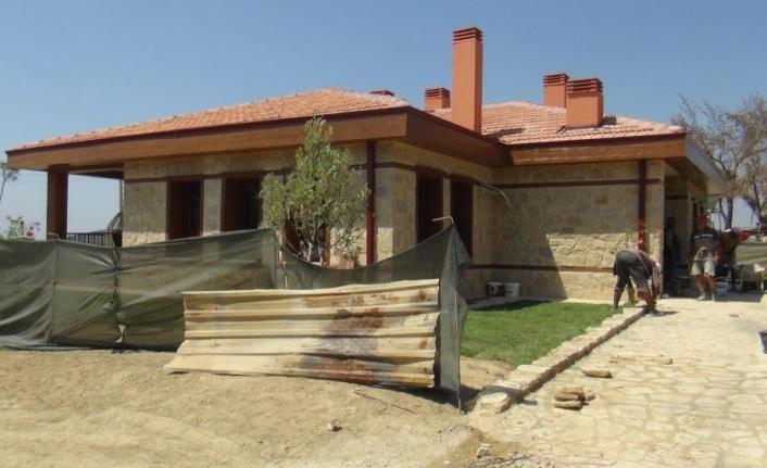 Yangında evi zarar gören yaşlı çiftin yeni evi 15 günde tamamlandı