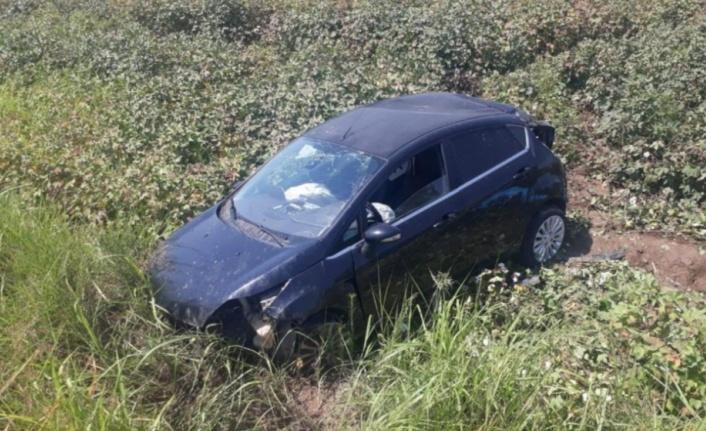 Yoldan çıkan araç tarlaya uçtu: 2 yaralı var