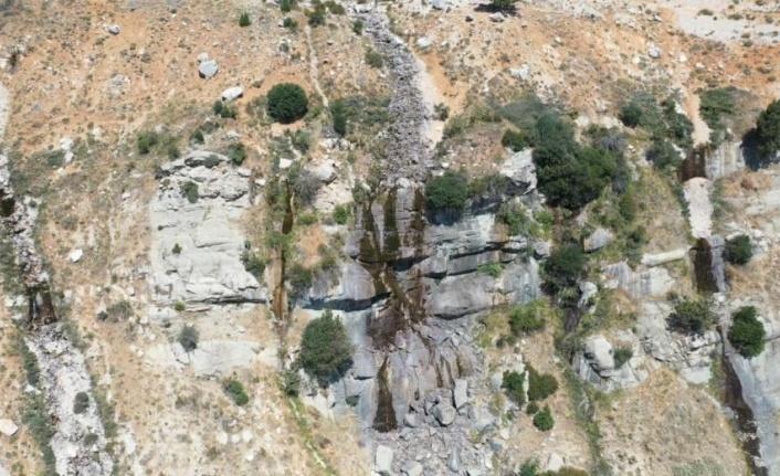 3024 rakımlı Akdağ eteklerinde bulunan Uçarsu Şelalesi kurudu