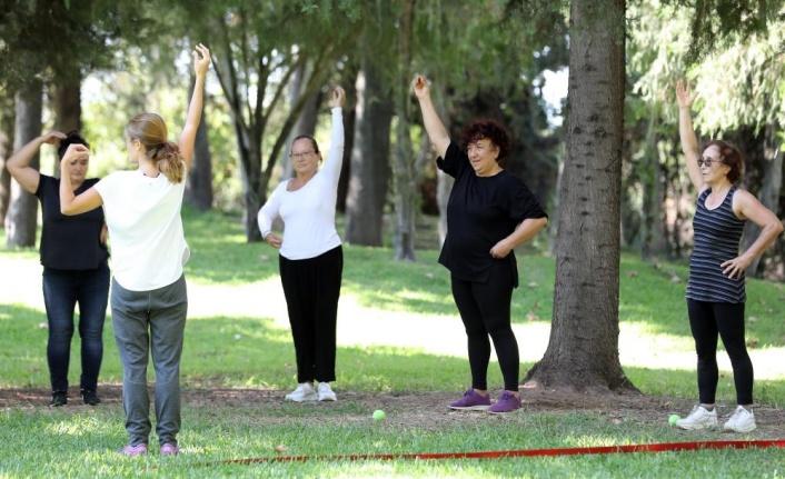 65 yaş üstü bireyler, Aktif Yaşlı Hizmet Merkezi'nde haftada iki gün spor yapıyor